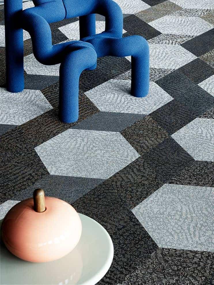 Diversity, revêtement vinyle tissé combinant les 3 motifs Bling, Bouquet et Buzz. Format Hexagon. 12 coloris. ©Bolon