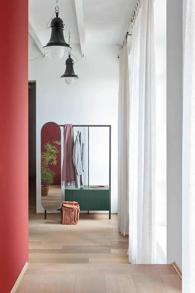 Easy System, composition libre avec portemanteau et miroir finition bronze. Façade en laqué mat, coloris forêt et plateau Tray-C, finition canaletto. ©Novamobili