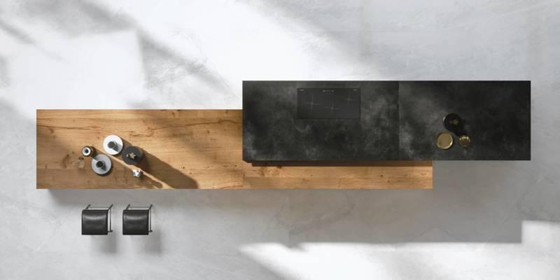 Îlot Way Materia en céramique Laminam de 3 mm contrasté par la table intégrée en bois. ©Snaidero