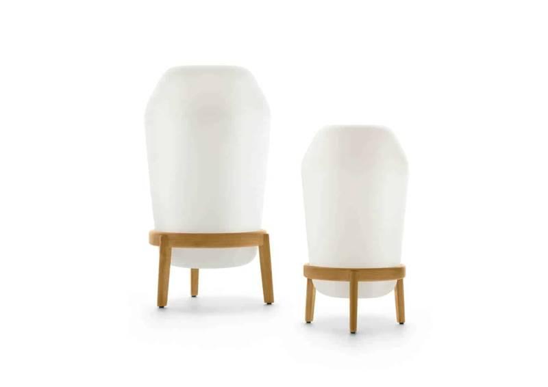 Loon, lampes à poser avec socle en teck et polyéthylène rotomoulé. Design Sebastian Herkner. ø 50 et 37 cm. ©Dedon