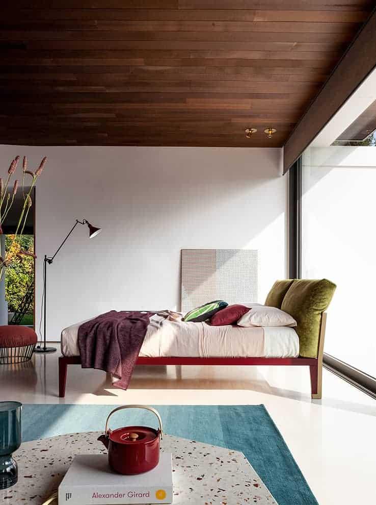 Moglie e Marito, lit avec structure métallique et tête composée de deux coussins volumineux. 4 dimensions. Design Paolo Grasselli. ©Bonaldo