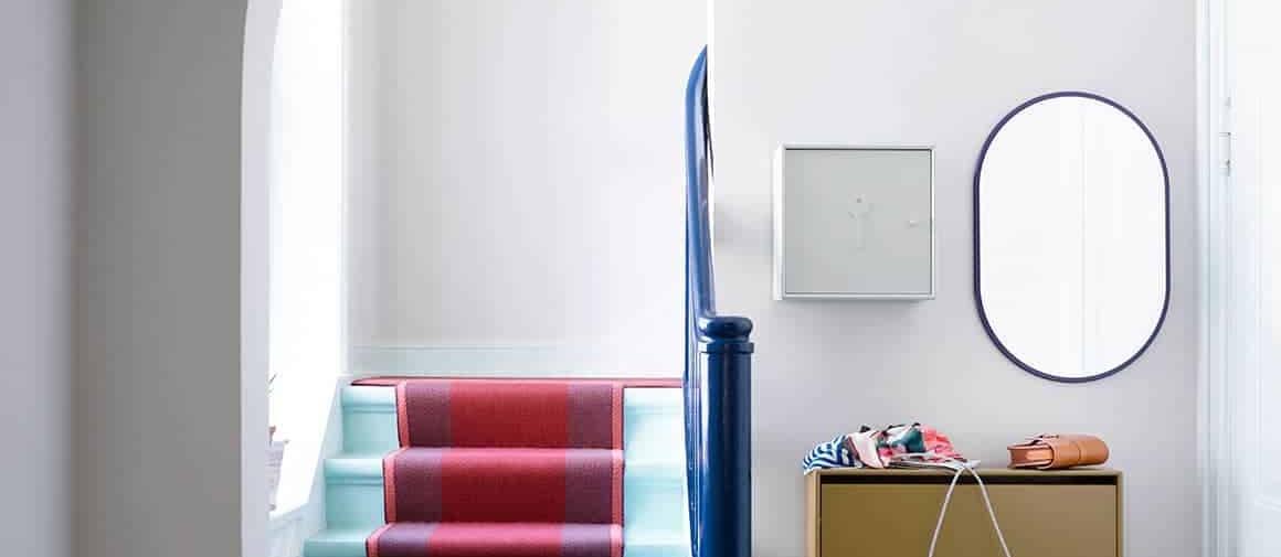 Systèmes muraux 12 mm, en MDF avec miroir ovale Look (coloris Montparnasse), rangement à chaussures Hide de 20 cm de profondeur (Boulevard) et armoire à pharmacie Unlock (coloris Nordic). Disponibles en 42 coloris. ©Montana