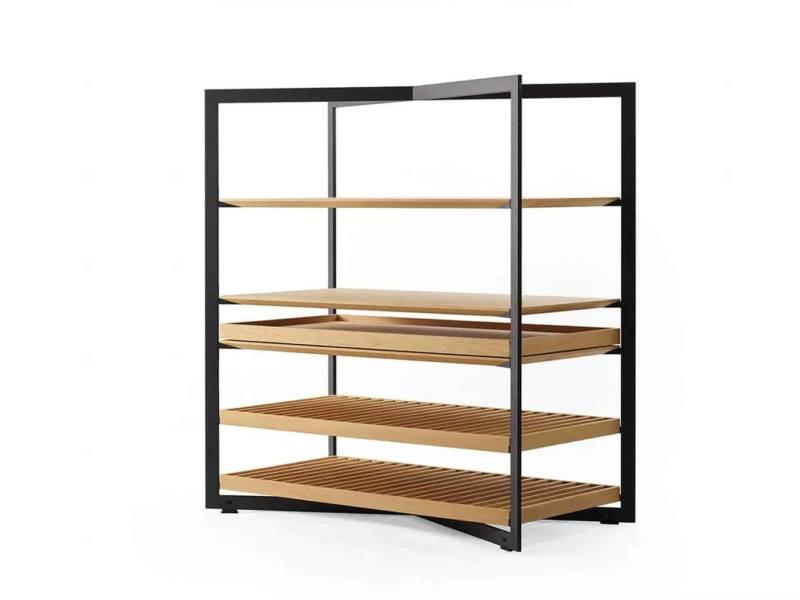 Table et banc b Solitaire, en chêne, au centre émotionnel de l'espace, reliés par le cadre en aluminium noir mat aux modules de rangement à personnaliser. ©Bulthaup 2