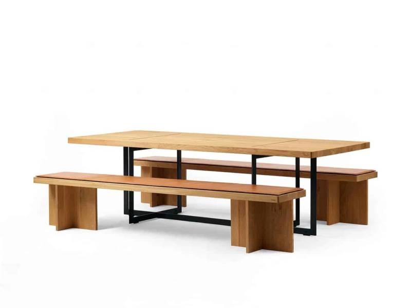 Table et banc b Solitaire, en chêne, au centre émotionnel de l'espace, reliés par le cadre en aluminium noir mat aux modules de rangement à personnaliser. ©Bulthaup
