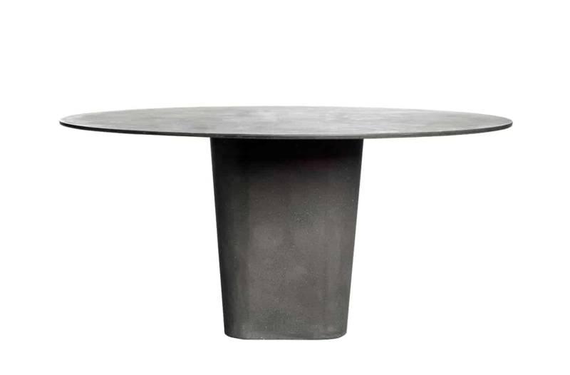 Tao, table-sculpture en béton allongé teinté masse. Coloris wengé. ø 160 x H 74 cm. Design Monica Armani. ©Tribù
