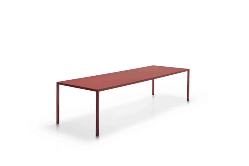 Tense, table laquée en résine selon l'ancienne technique chinoise. Structure en chêne. Modèle anniversaire Diamond. 4 dimensions. Design Piergiorgio et Michele Cazzaniga. ©MDF Italia