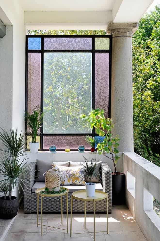 Sous le porche, la demeure s'inscrit dès les prémices dans le style Art déco, avec son vitrail d'époque et ses colonnes.