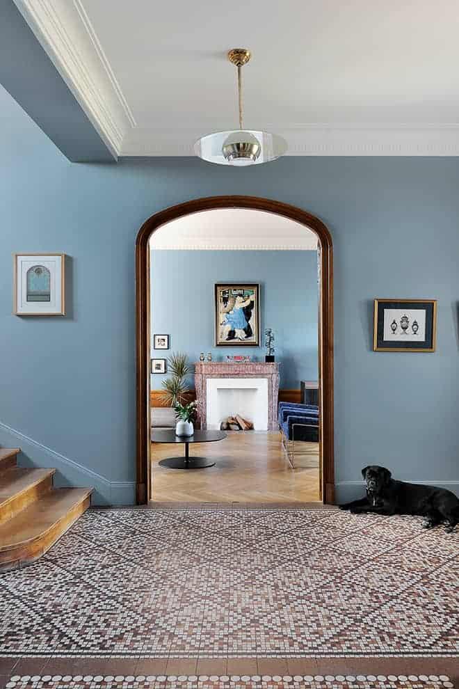 À l'entrée, le tapis en carreaux ciment, imitation pâte de verre, ouvre le bal stylistique. Boiseries, cheminées, chambranles sont tous d'origine, même le lustre en laiton. Peinture la Seigneurie Gauthier, bleu lampedusa.