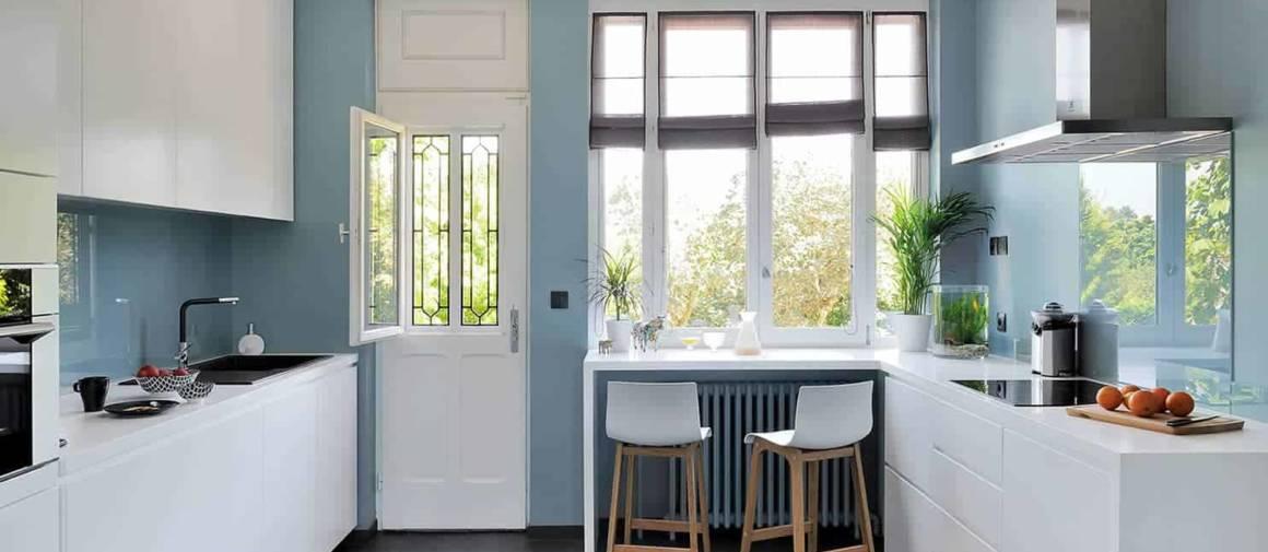Plus contemporaine, la cuisine réalisée sur-mesure s'habille de Corian® et se tourne entièrement vers le jardin.