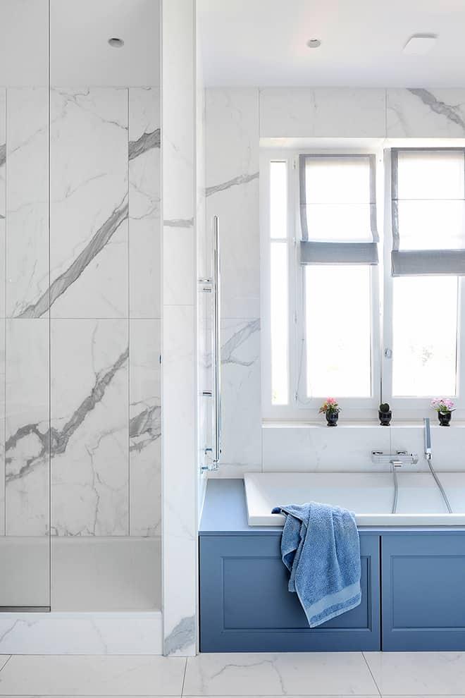 Mêlant le moderne et le classique, la salle de bains revêt une céramique aspect marbre (Graniti Fiandre).
