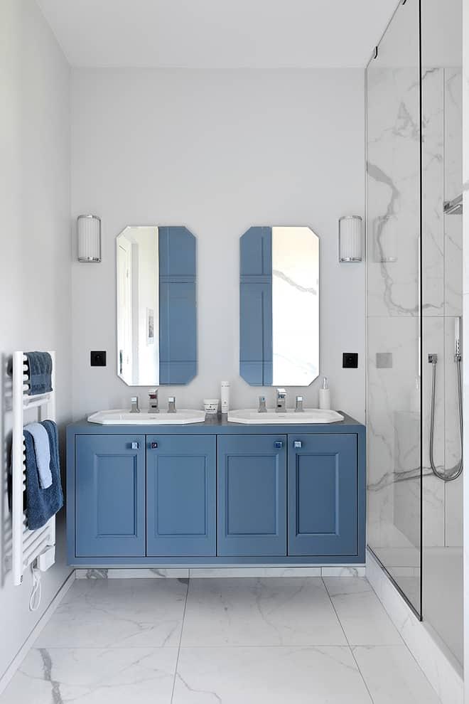 Meuble-vasque en laque satinée. Miroirs (Porcelanosa). Robinetterie style Art déco (Stella).