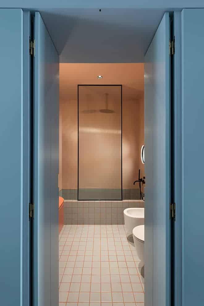 La salle de bains, face à la porte d'entrée.