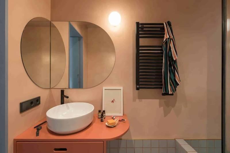 Au cœur de la boîte bleue, la salle de bains récupère un peu de lumière naturelle via l'œil-de-bœuf donnant sur la cuisine.
