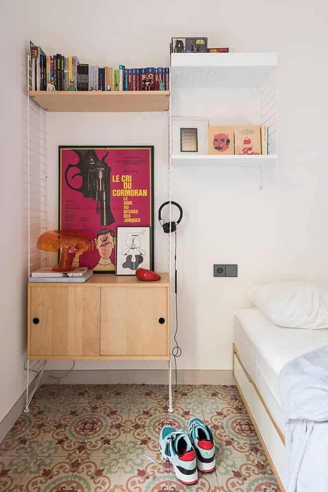 Dans la chambre : système d'étagères (String). Graphiques Sigrid Calon, Hey Studio, Ares. Carreaux ciments d'origine.