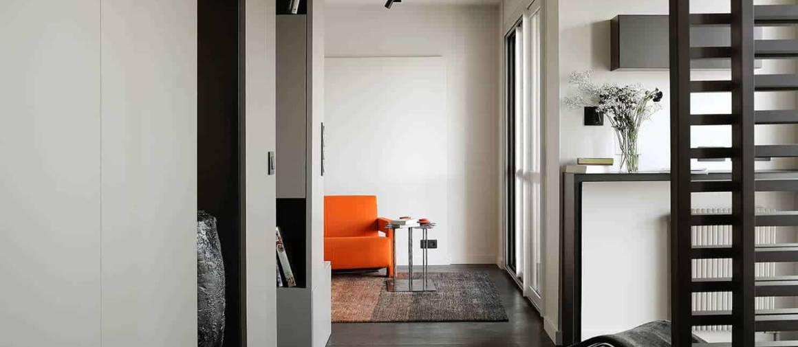 Tous les espaces sont ouverts, partitionnés par un agencement cousu main, dessiné par l'agence d'architecture et réalisé par les Cuisines Bernollin. Clou du spectacle, la cloison ajourée réalisée par Alu Design Création qui disparaît dans la salle de bains.