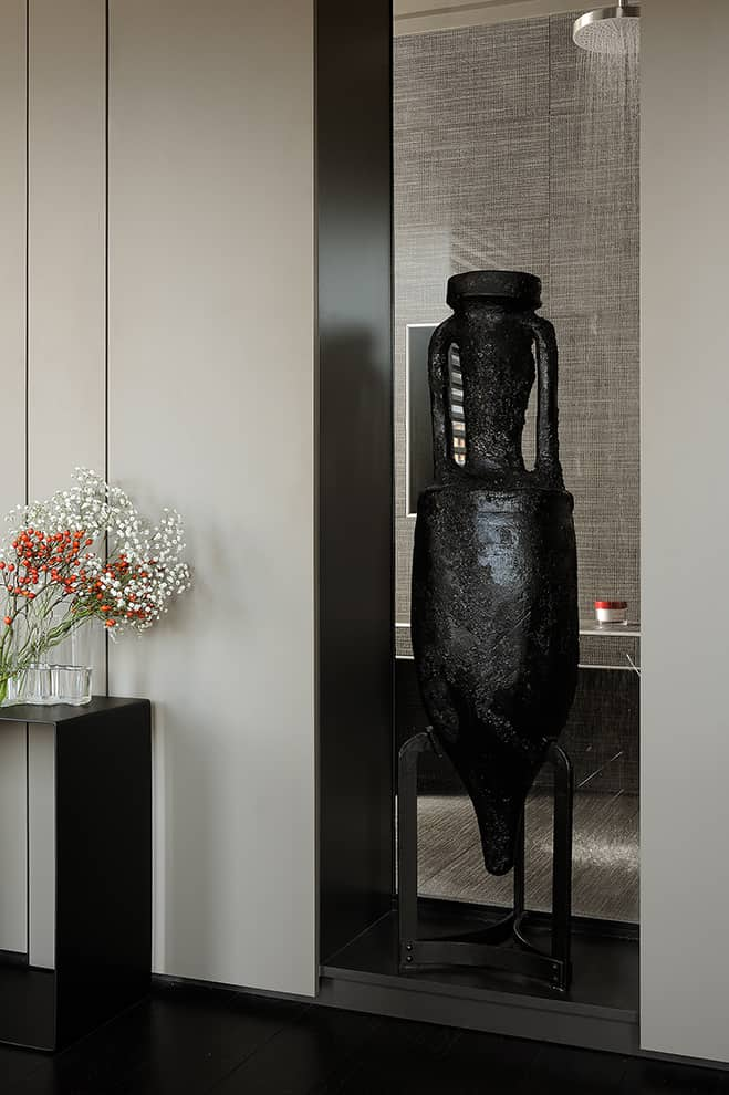 Aucune n'est borgne ! Aucune pièce n'est borgne ! Dans la rythmique des rangements linéaires, la niche décorative vitrée laisse passer la lumière naturelle.