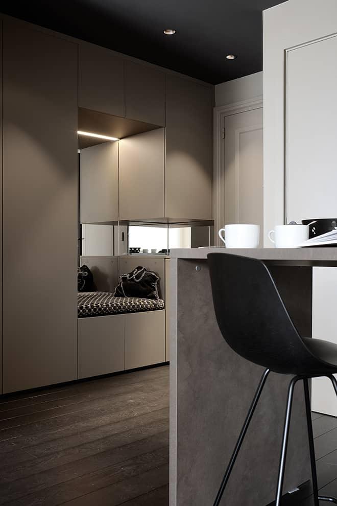 L'entrée retrouve sa fonction première et donne le ton de l'ensemble de l'appartement : ingénieux, optimisé et résolument fonctionnel.