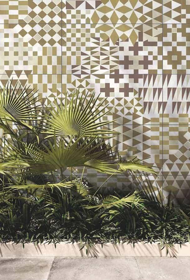 Revêtement grès cérame, imaginé comme un papier peint, en façade extérieure. 160 x 320 ou 120 x 240 cm. Ép. 6 et 7 cm. Collection Wide & Style. Modèle Vintage Forest. ©ABK