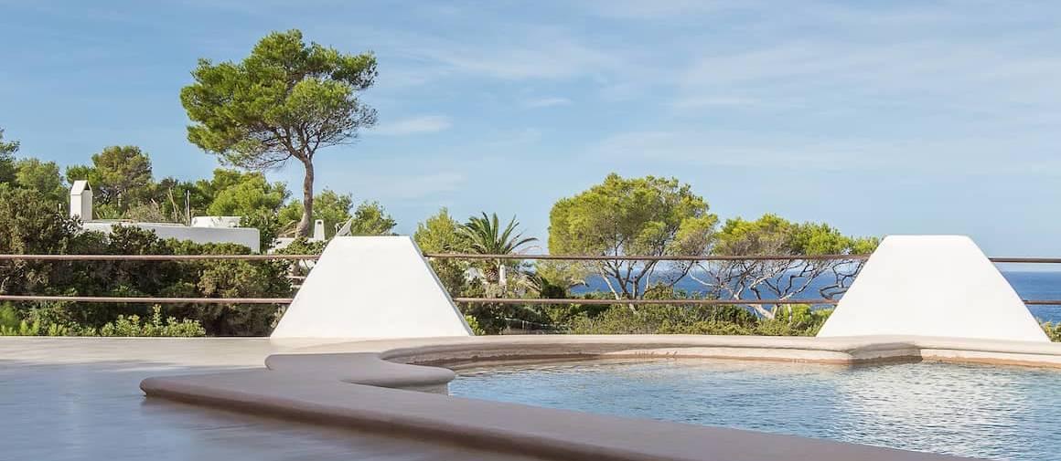 Revêtement minéral coloré MORTEX®, aspect béton ciré. Micro-mortier imperméable, dans la masse composé de chaux naturelles, mis au point par Beal, ici appliqué dans un projet de rénovation à Ibiza. Utilisation mur et sol. ©Beal