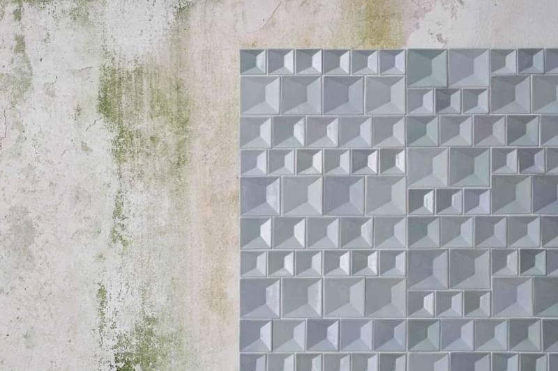 Faïences murales Perspectives glacées à la main. Existe en version outdoor (Brown/Black Stoneware) pour les modèles CPR1 (7,6 x 7,6 cm) CPR2 (6,1 x 6,1 cm) et CPR3 (5,1 x 5,1 cm). 6 coloris. Design Angelo Spagnolo. ©Botteganove