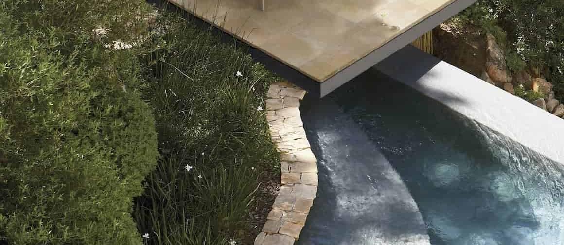Terrasse bains de soleil, composée du dallage multiformat Castellane, en pierre reconstituée. 6 dimensions par palette. Ép. 3,3 cm. 3 coloris : Ardèche, Luberon et Savane. Pose collée, sable ou gravillon. ©Carré d'Arc
