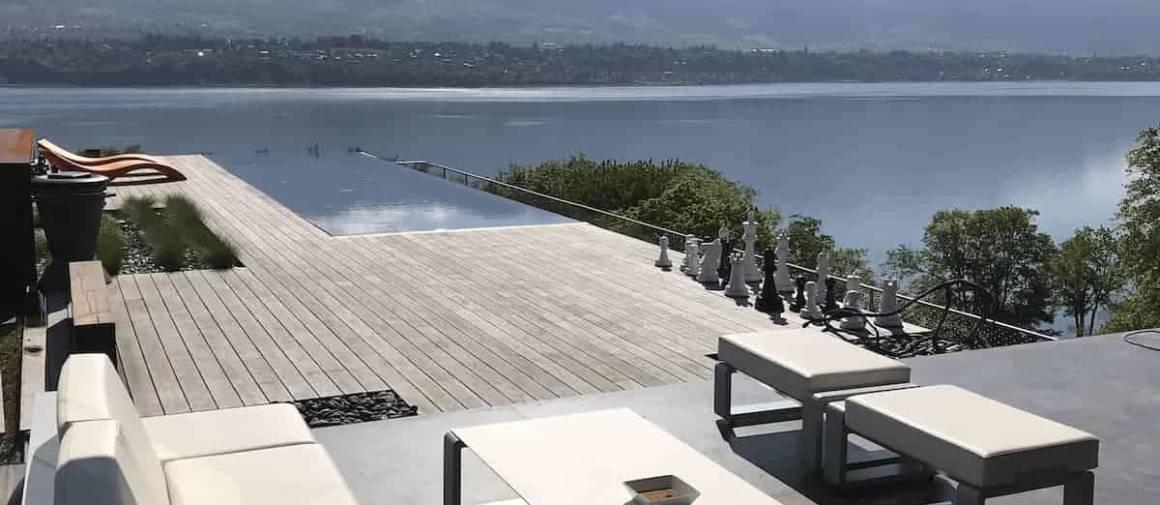 Terrasse de style rooftop sur les toits d'une résidence à Aix-Les-Bains, utilisant le bois Kebony Clear, rendu résistant grâce à un processus de production brevetée, améliorant les propriétés des bois résineux, leur offrant une stabilité dimensionnelle élevée. Lame de terrasse lisse, dotée d'un système de pose par fixations cachées. Architecte Jean-Michel Villot (Agence JMV Resort). ©Kebony