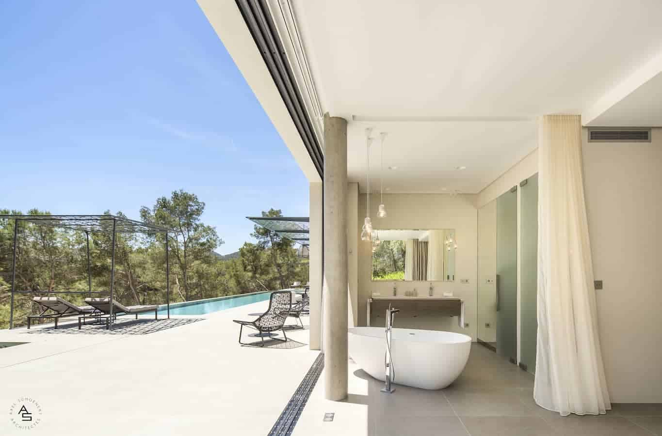 Villa située à Ibiza, réalisée par les architectes Axel Schoenert et Zsofia Varnagy, utilisant le revêtement de sol grès cérame Cluny, en version outdoor Argerot Layè et indoor Argerot Sablé de Cotto d'Este, pour un aspect visuel continu. ©Cotto d'Este