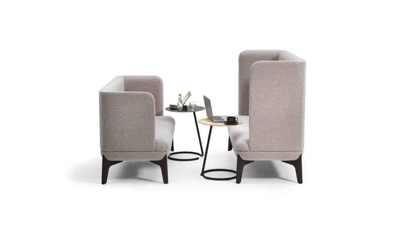 Gamme de fauteuils tapissés Coze avec tables d'appoint et connectiques intégrées