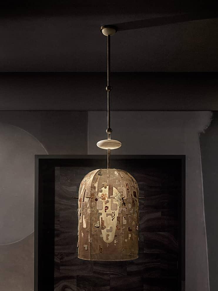 Interlude – Luminaire habillé d'une maille en laiton brodée de soie à la main
