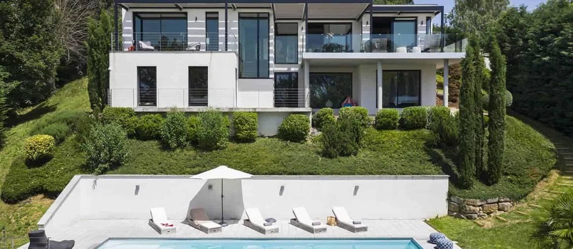 Signée Vielliard et Fasciani, cette villa contemporaine s'exprime au rythme d'une envolée de plus de 10 mètres de hauteur. Elle épouse ainsi la forte déclivité du terrain, tout en offrant un panorama exceptionnel. À l'intérieur, la décoration a fait l'objet d'une totale réinterprétation par Maison Home Design.