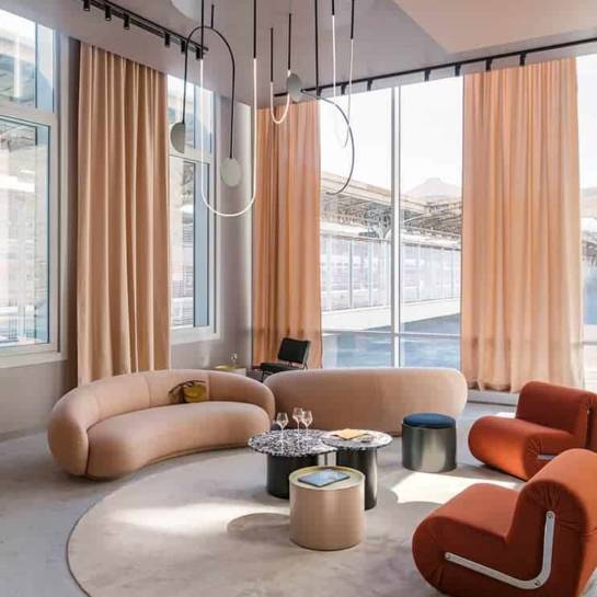 Le salon lounge du club de l'hôtel OKKO Gare de l'Est (Paris)