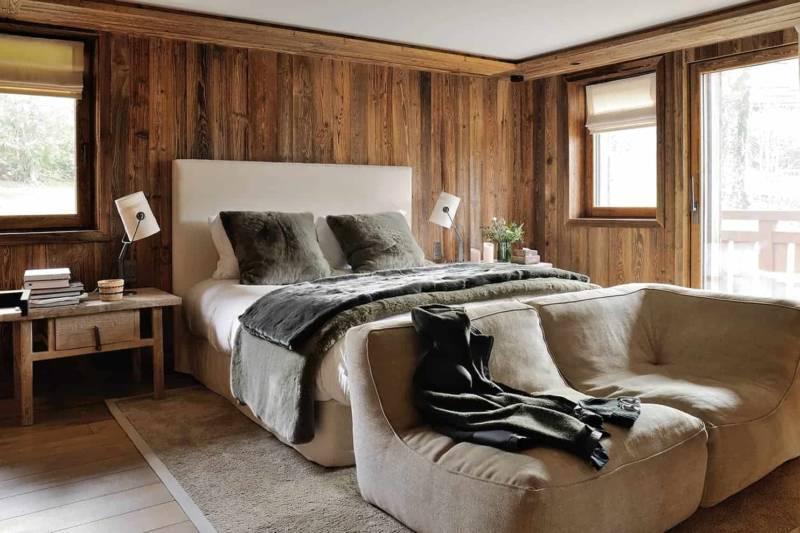 En rez-de-neige, les chambres en suite se distinguent par des décors différents. Chevets sur-mesure (Atmosphère d'Ailleurs). Lampes Fork (Diesel with Foscarini). Plaid Rex (Norki). Canapés Noe (Verzelloni).