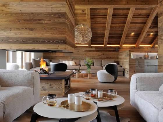 Décentrée, la cheminée crée le lien entre le salon de thé et le lounge. En deuxième plan, table basse Ishi (DePadova). Canapé d'angle (Poliform). Suspension G.r.a. (Terzani). Décentrée, la cheminée crée le lien entre le salon de thé et le lounge. En deuxième plan, table basse Ishi (DePadova). Canapé d'angle (Poliform). Suspension G.r.a. (Terzani