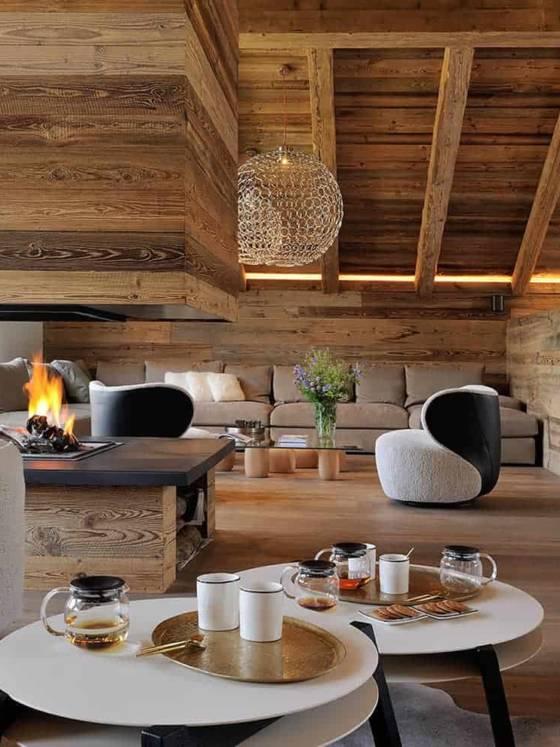 Décentrée, la cheminée crée le lien entre le salon de thé et le lounge. En deuxième plan, table basse Ishi (DePadova). Canapé d'angle (Poliform). Suspension G.r.a. (Terzani). Décentrée, la cheminée crée le lien entre le salon de thé et le lounge. En deuxième plan, table basse Ishi (DePadova). Canapé d'angle (Poliform). Suspension G.r.a. (Terzanirivée DOMODECO - Chalet Atelier Giffon 03