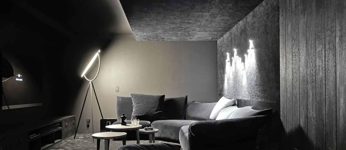 Clou du spectacle, la salle home cinema prend le parti du noir, décliné sur le bardage en bois brûlé, le velours de la moquette (AW Associated Weavers) et le sofa Standard (Edra), subtilement éclairé par les appliques sur-mesure (I Light You) et le lampadaire Superloon (Flos).
