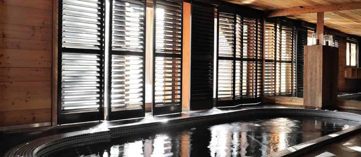 Chaque pièce est ouverte sur l'extérieur, même l'espace wellness bénéficie de la lumière naturelle. Spa (Clairazur). Stores (Jasno).