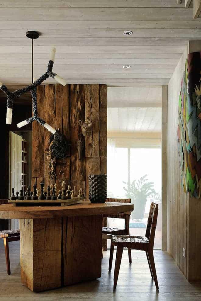 Table de Denis Milovanov. Lustre BCAA en lapis lazuli et sélénite de Christopher Boots. Amorce de l'œuvre murale en Pastel de Julien Colombier.