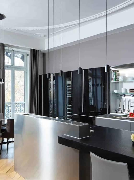 La cuisine New Logica (Valcucine chez Pagina 27) étend ses fonctionnalités sur un linéaire de 6,5 mètres, avec dans son sillage laqué et granité une vision innovante : façade coulissante et basculante dissimulant la crédence de rangements.