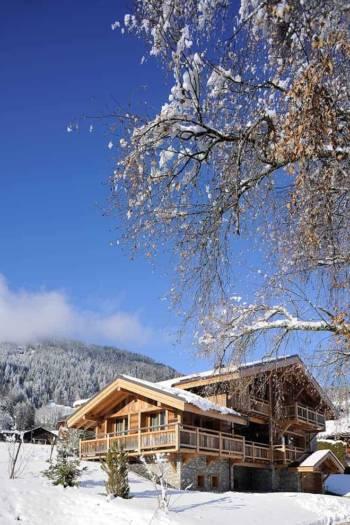 À 5 minutes du centre-ville de Megève, le chalet Wild Lodge est directement connecté par son emplacement privilégié à la nature et au mont Blanc.
