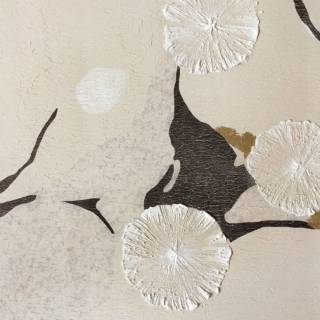 Tender Flora en est l'exemple, fruit d'une collaboration avec Fabscarte. Peintes à la main sur papier, les formes en mouvement sont inspirées de la calligraphie et du néo-orientalisme. Finition stuc. ©Fabscarte
