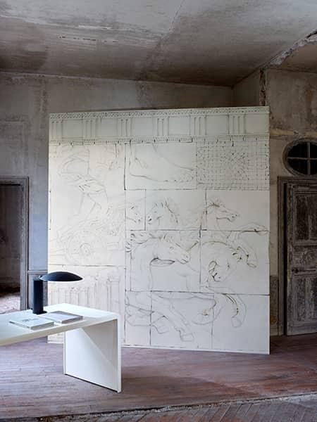 Panoramique Colisée, aspect marbre, sur support intissé mat. Lé 70 cm. Œuvre complète 300 x 280 cm ©Pierre Frey