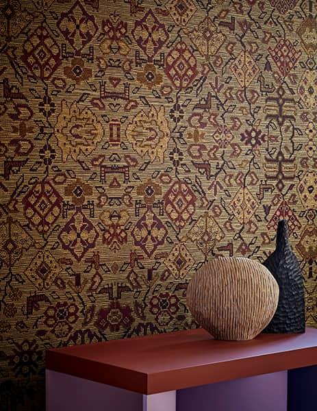 Revêtement mural Le Tapis d'Ardabil, tissu contrecollé, en viscose, polyester et coton, sur support in tissé. Laize 143 cm. Collection Trésors d'Orient. ©Pierre Frey