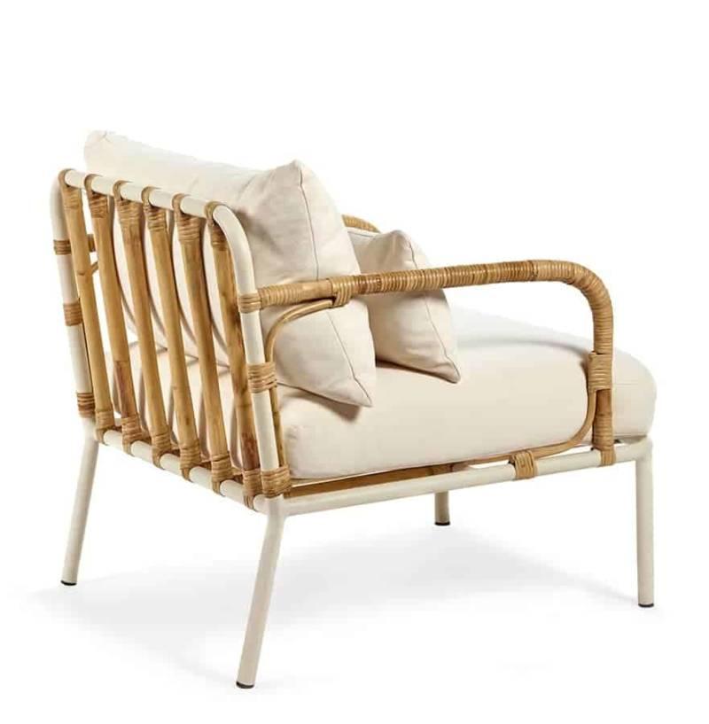 Capizzi – Fauteuil lounge en aluminium poudré blanc et rotin. L. 70 x P. 65 x H. 71,5 cm. Design René Barba. ©Serax