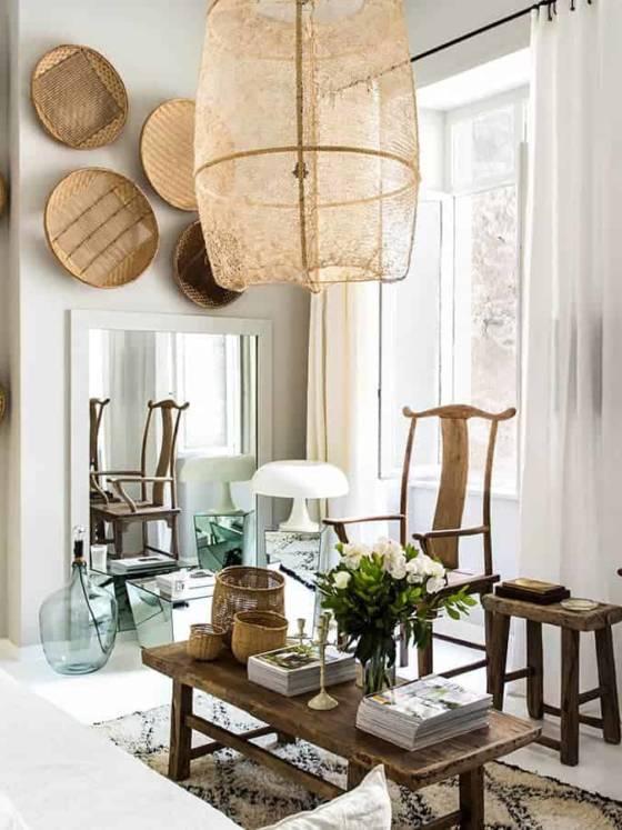 Table basse, tabourets et fauteuils en orme du XIXe siècle, dans un studio décoré par Maison Hand. Photo Félix Forest. ©Atmosphère D'Ailleurs