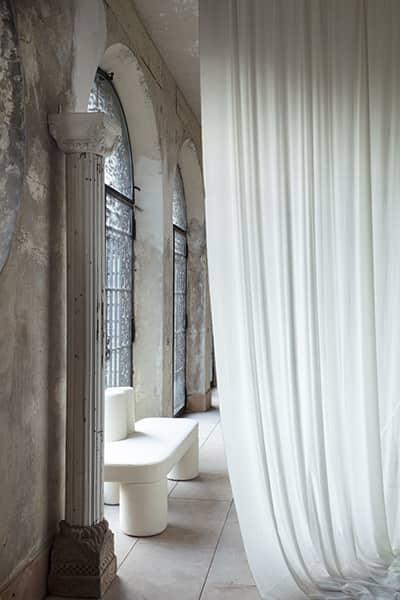 Toiles/taffetas Agora (perle) et Cyclades (cyprès), en lin et polyamide. Laize 140 cm. Rideaux, sièges et accessoires. Collection Néolympique ©Métaphores