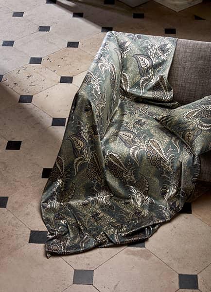 Velours Bizarre Velvet, en modal, coton et polyester. Laize 133 cm. Rideaux, stores, sièges et accessoires. Sofa en lin Broxwood. Laize 150 cm. Rideaux, sièges et accessoires. ©Zoffany