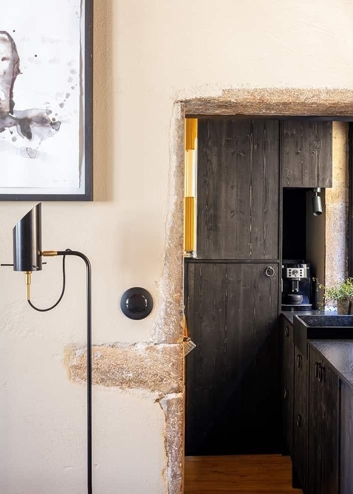 La cuisine s'étire jusque dans ce couloir, libérant d'une emprise totale le salon. Applique tube (DCW)
