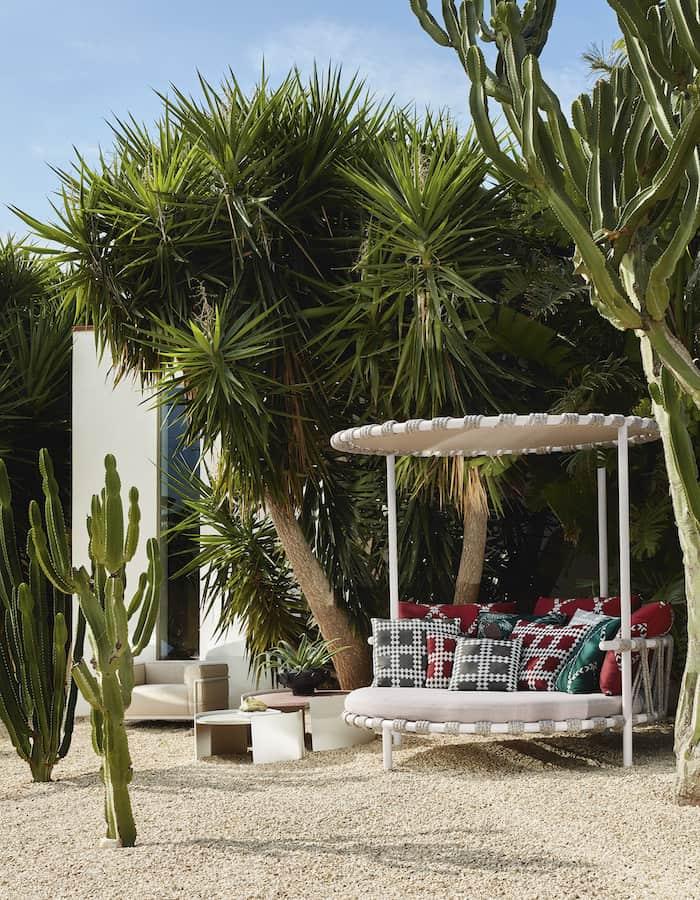 Love Bed et tables Trampoline. Patricia Urquiola. ©Cassina