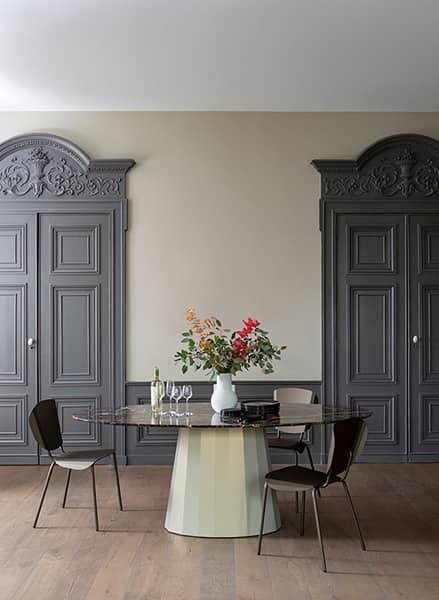 Table ovale XL Ankara, en acier et marbre Saint-Laurent. Plateau 250 x 120 cm. Pied Ø 65 cm. H. 76,5 cm. Design Constance Guisset. ©Matière Grise