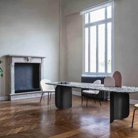 Table Barry Large, en métal et Terrazzo. 300/240/200 x 100 x H. 75 cm. Design Alain Gilles. ©Miniforms
